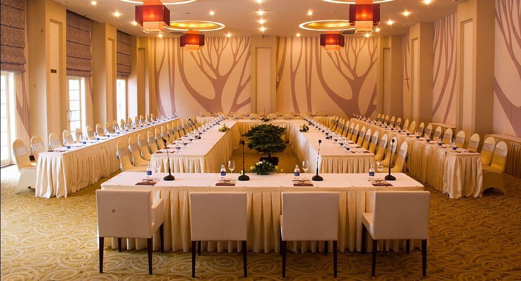 Phòng họp chữ U hướng sự tập trung vào một điểm cần thiết trong cách bố trí bàn ghế phòng hội nghị